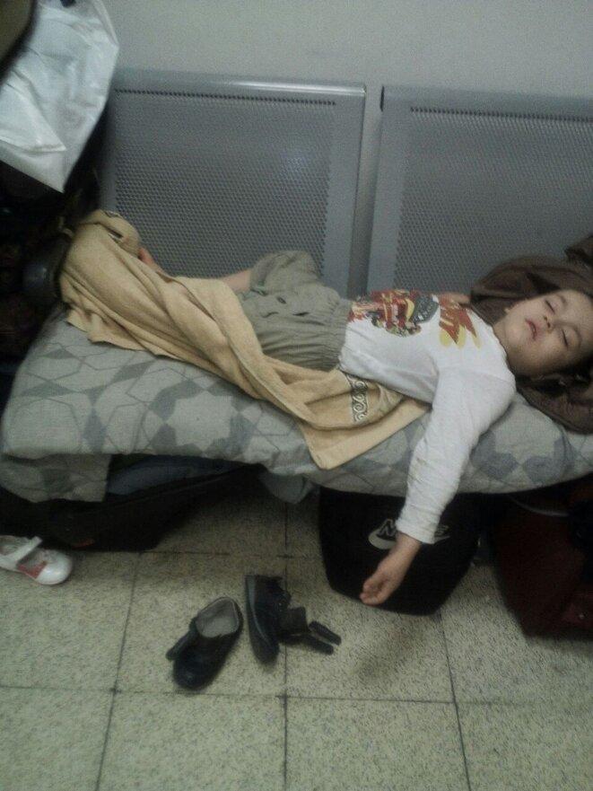 enfant endormi / cellule passagers à problèmes femmes © K.K.I