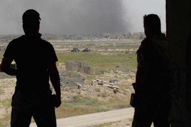 Des combattants de l'armée irakienne observent l'offensive sur Falloudja, le 10 juin 2016. © Alaa Al-Marjani/Reuters