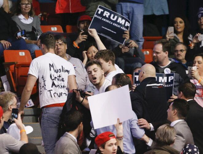 Le 11 mars, des étudiants et activistes anti-Trump se sont invités à son meeting à l'université de l'Illinois © Reuters