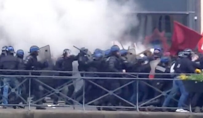 Le 28 avril à Rennes, la charge policière sur le quai Chateaubriand avant les tirs de Flash-Ball. © Capture video