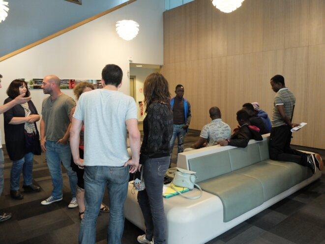 Dans le hall d'entrée du CD31, des jeunes, soutenus par des bénévoles, attendent une réponse [Photo YF]