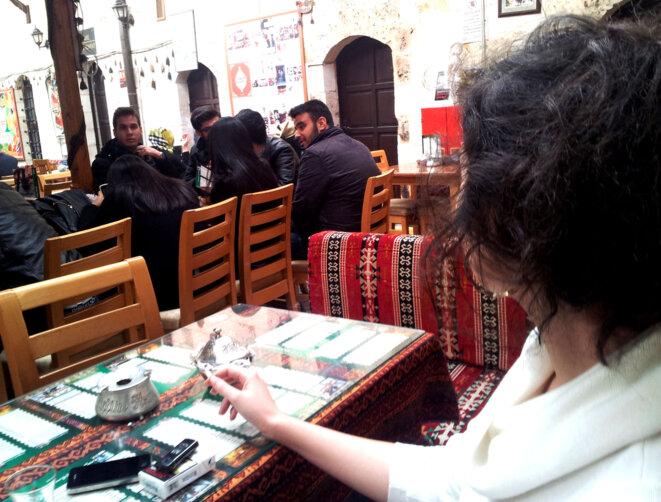 Salma (de dos) dans un café de Gaziantep © Alain Devalpo