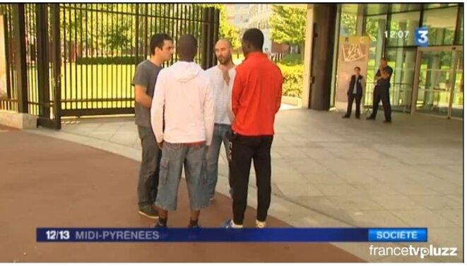 Mineurs à la rue soutenus par des travailleurs sociaux bénévoles [capture d'écran France 3 le 22 juin]