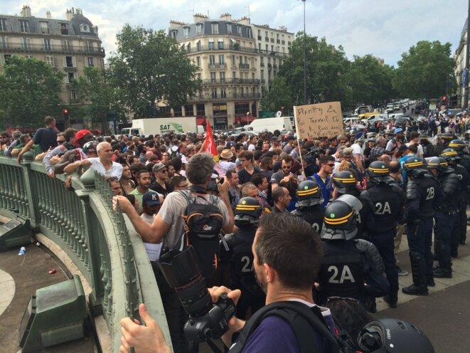 Les dernières personnes nassées, place de la Bastille à Paris, jeudi soir © CG