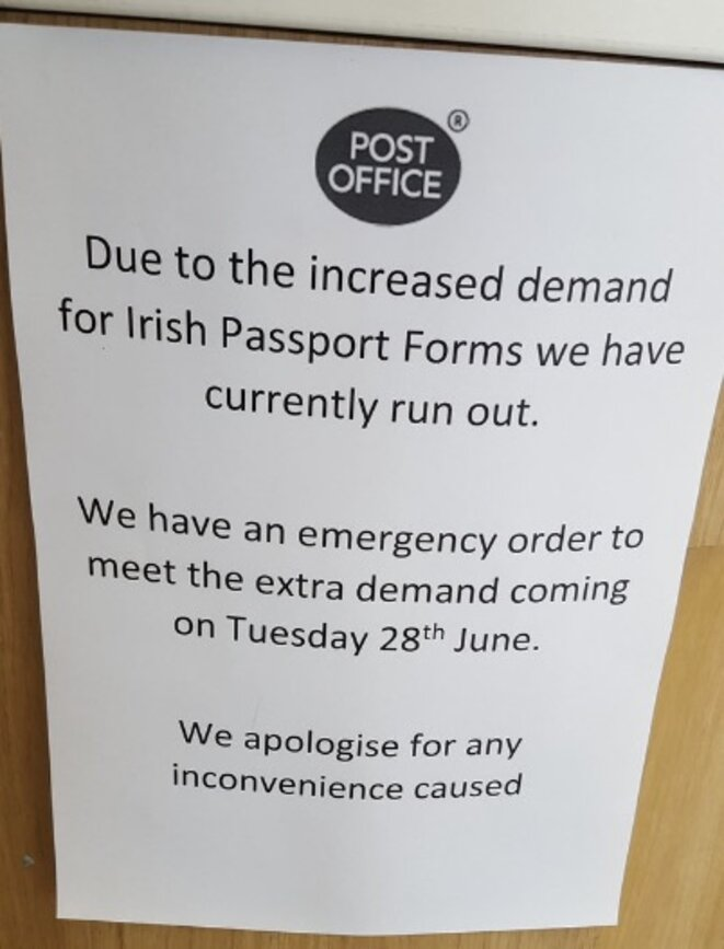 Panneau affiché samedi au bureau de poste principal de Belfast. © @Saraita101