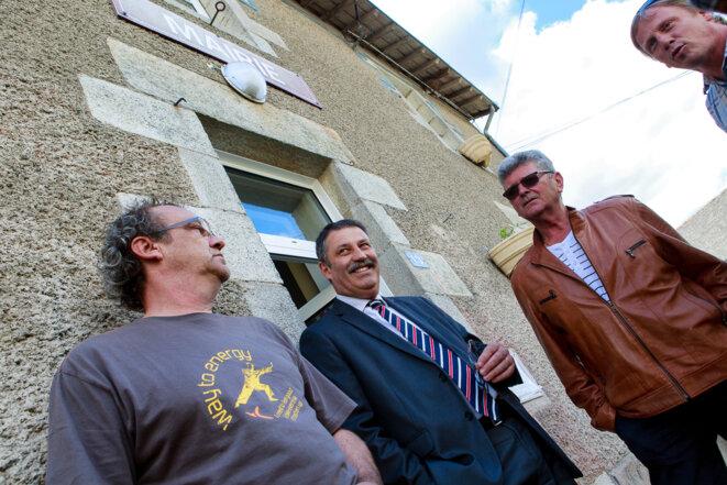 Le maire de Notre-Dame-des-Landes, Jean-Paul Naud, au centre, dimanche, jour de vote © Yann Levy