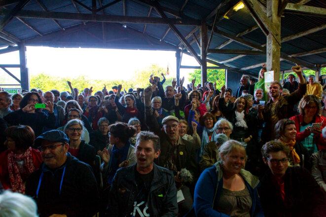 Les personnes présentes à La Vache rit entonnent un «Résistance, résistance ! » pendant la conférence de presse © Yann Levy