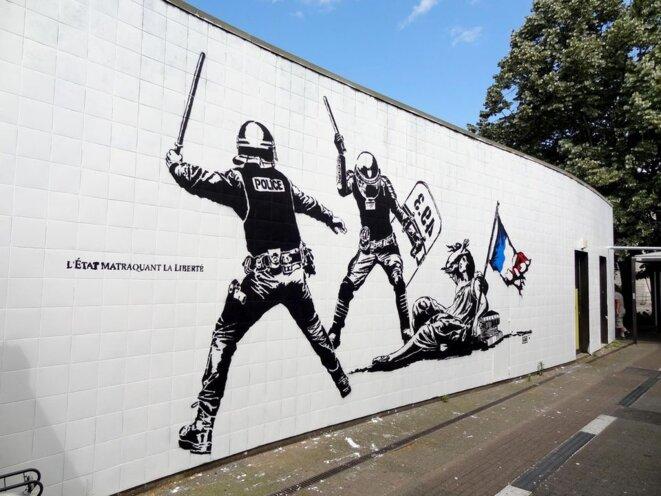 L'Etat matraquant la liberté © Goin