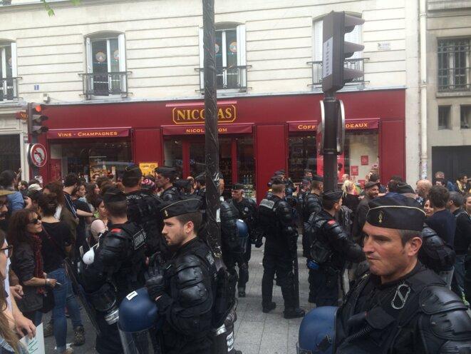 Double ligne de gendarmes pour éviter la jonction avec les soutiens arrivés sur place © Kl