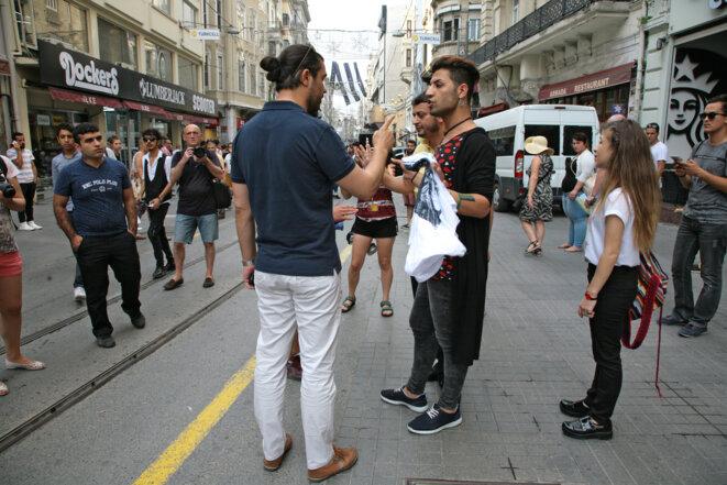 """Rêve d'homophobe et délit de faciès parfaitement assumé : toute personne présentant des """"signes d'appartenance à la communauté LGBT (?)"""" ou la soutenant sera immédiatement """"invitée"""" à quitter l'avenue Istiklal en ce dimanche 26 juin 2016. Istanbul, 26 juin 2016. © Anne-Sophie Zika"""