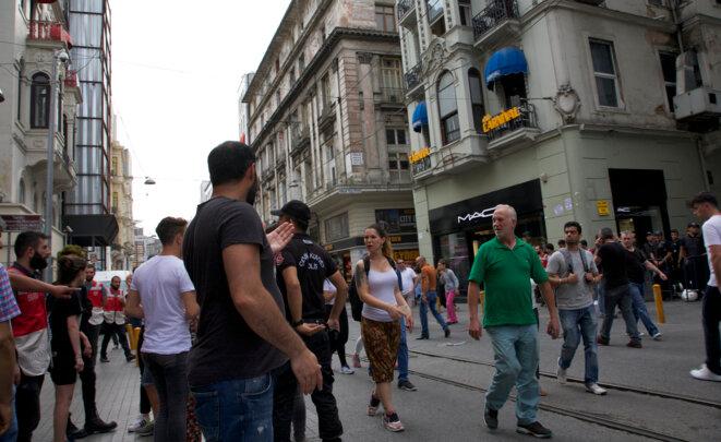 """Rêve d'homophobe et délit de faciès parfaitement assumé : la 26 juin juin 2016, toute personne présentant """"des signes"""" d'appartenance ou de soutien à la communauté LGBT sera immédiatement """"invitée"""" à quitter l'avenue Istiklal. Istanbul, 26 juin 2016 © Anne-Sophie Zika"""