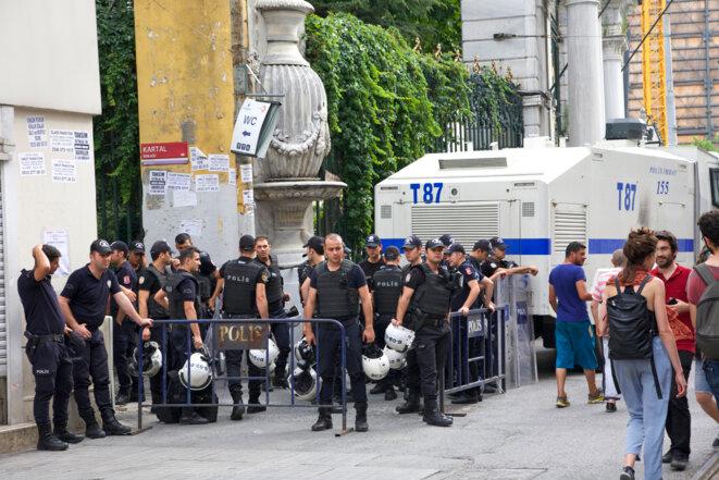 Un groupe de policiers aux abords du Lycée Galatasaray, sur l'avenue Istiklal. Toutes les rues adjacentes à istiklal seront interdites aux militant.e.s LGBT toute la journée du 26 juin 2016. Istanbul, 26 juin 2016 © Anne-Sophie Zika