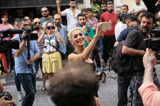 A Istanbul, lors de la Trans Pride, le 19 juin 2016, la police a dispersé les militant.e.s à grands renforts de gaz lacrymogènes et de balles en caoutchouc. Ici, une militante pose fièrement parmi les photographes entre deux attaques de la police. © Anne-Sophie Zika