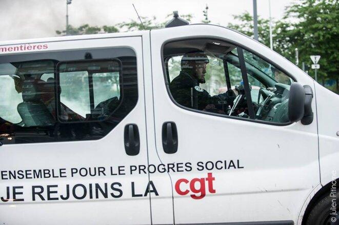Un policier s'empare de la camionnette de la CGT d'Armentières le 28 juin © Julien Pitinome