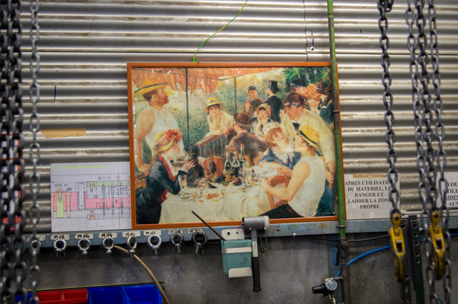 Un exemplaire du Déjeuner des canotiers, à l'entrée de l'usine © Chloé Lebas