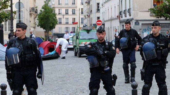 """Le service """"propreté de Paris"""" jette les tentes des exilés © NJ"""