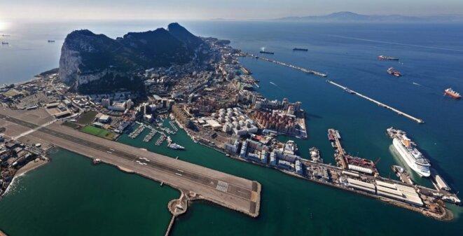 La courte et dangereuse piste d'aterrisage de Gibraltar marque la frontière avec l'Espagne © BBC