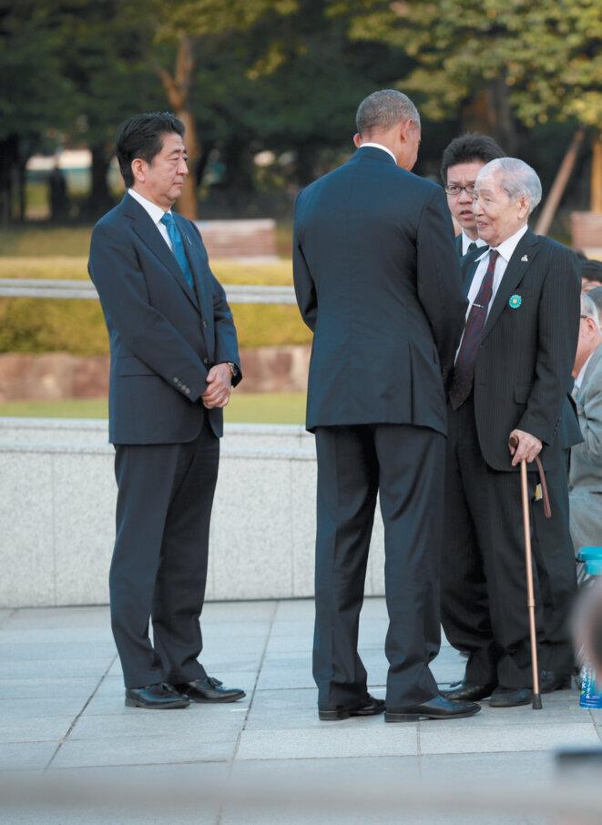 Le Président Obama avec Sunao Tsuboi, survivant du bombardement atomique de Hiroshima en 1945 par les Etats-Unis, pendant une cérémonie en mai 2016 au Mémorial de la Paix de Hiroshima. Le premier ministre japonais Shinzo Abe est à gauche. (Doug Mills/The New York Times/Redux) © http://www.nybooks.com/articles/2016/07/14/a-stark-nuclear-warning/