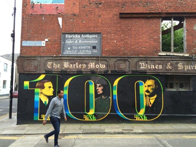 Fresque célébrant les 100 ans de la République irlandaise, dans le quartier populaire Liberty, à Dublin. © M.T. / Mediapart