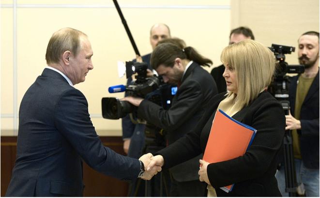 Vladimir Poutine et Ella Pamfilova, du temps où elle était encore la « commissaire aux droits de l'homme » pour le président russe. © Kremlin.ru