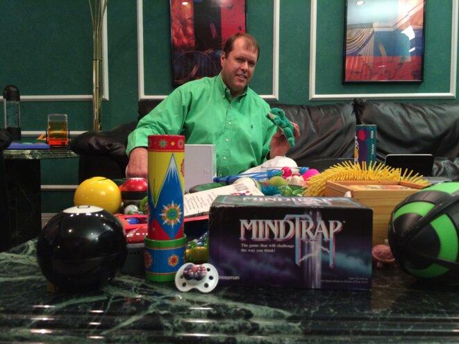 Sur la table du salon, des jouets : la grenouille verte, une tétine Trump, etc. © Mathieu Magnaudeix