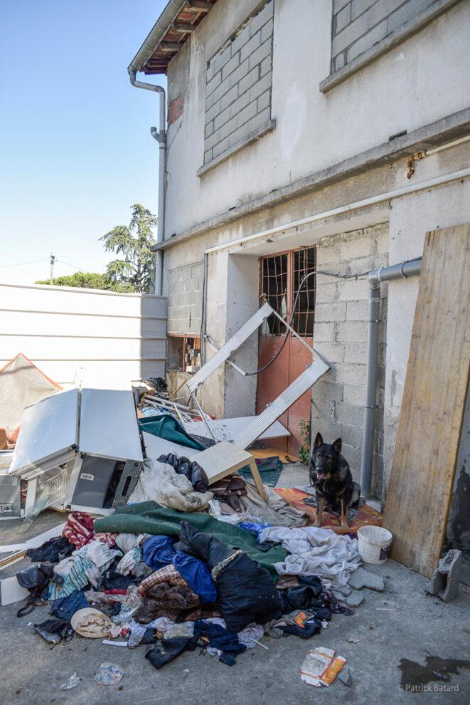 Le logement évacué à été vidé de son contenu et muré. © Patrick Batard