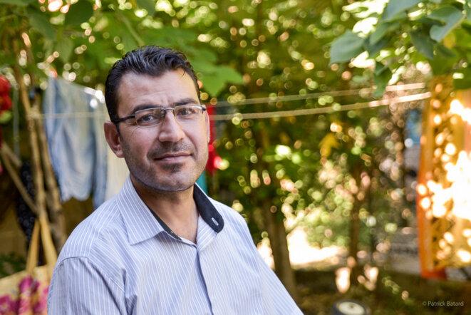 Omar, dans la cour où habite son père - une maisonnette prêtée par un marocain - © Patrick Batard