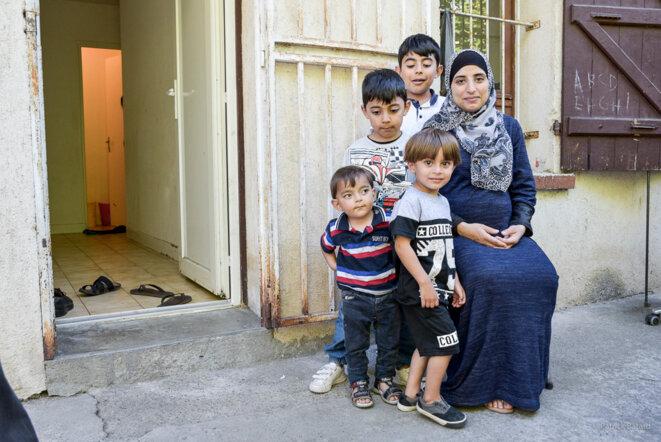 Aminah, avec ses enfants et neveux, est enceinte de 8 mois. © Patrick Batard