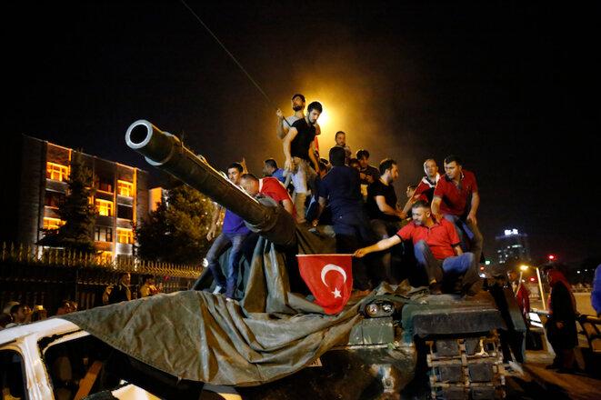 Des partisans d'Erdogan sont assis sur un tank à Ankara, afin de défendre le gouvernement. © Tumay Berkin/Reuters