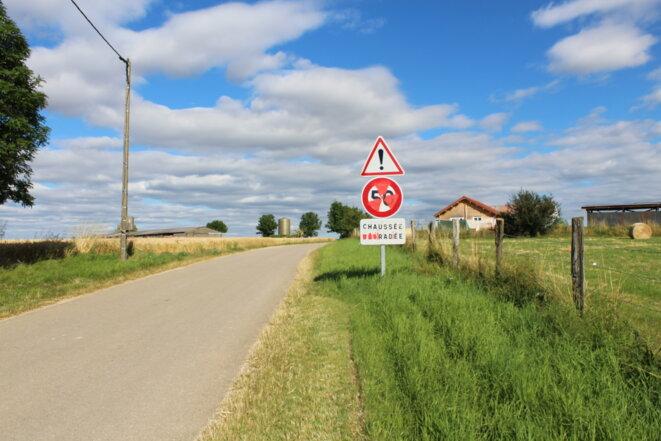 """À la sortie de Bure, un panneau chaussée """"iradiée"""" © AD"""