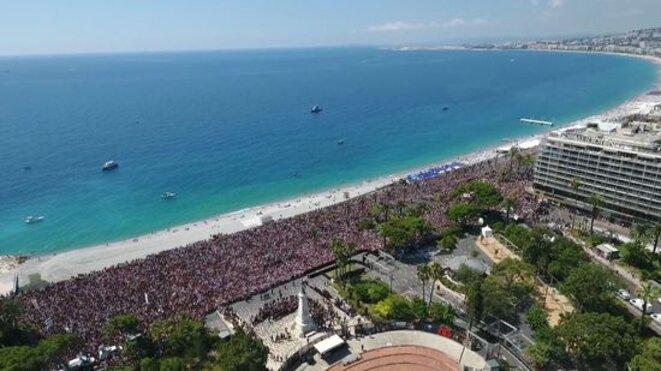 Vue aérienne de la Promenade des Anglais avec 42.000 personnes présentes © Photo Ville de Nice