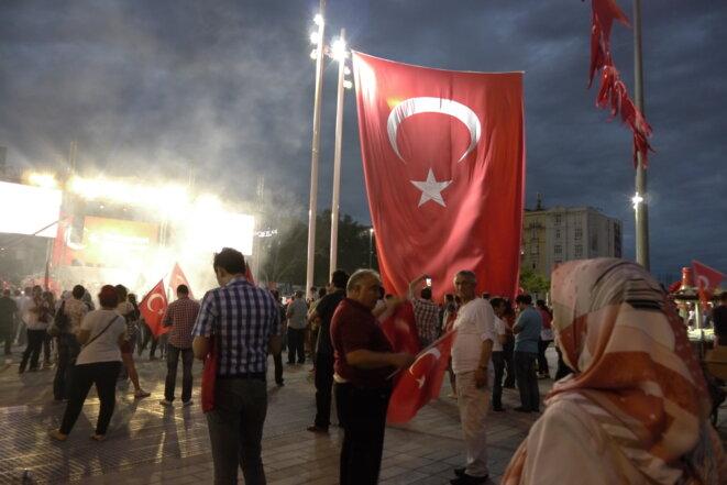 Sur la place Taksim, des partisans du gouvernement se rassemblent tous les soirs © AP