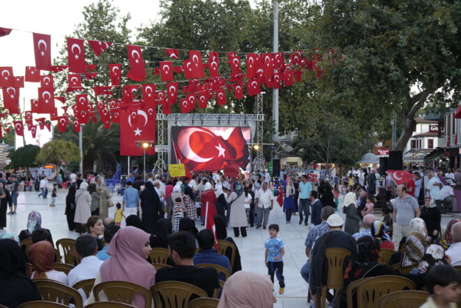 Sur la place principale d'Eyüp, quelques jours après la tentative de coup d'État. © Amélie Poinssot