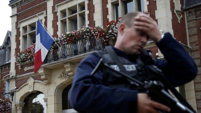 Un policier, le 26 juillet 2016, à Saint-Étienne-du-Rouvray © Reuters