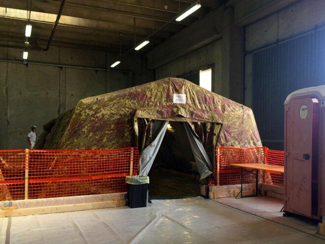 Les tentes abritant les tables d'autopsie. © MA