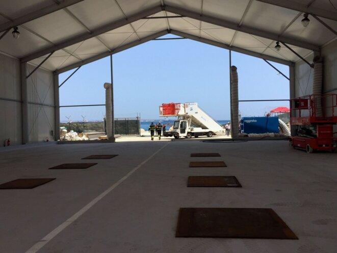 Dans l'un des hangars de Melilli en Sicile, début juillet 2016. © Mathilde Auvillain