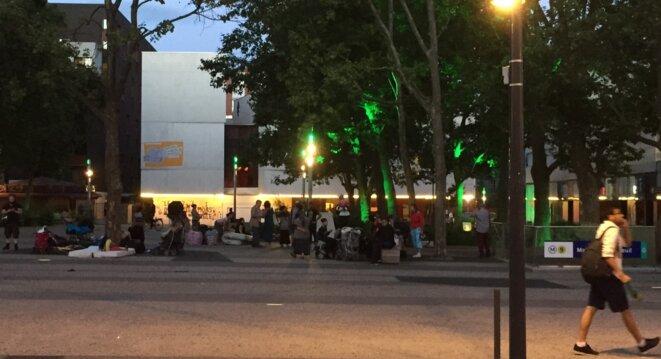 Les familles Roms sans logement devant la Mairie de Montreuil, le 29 juillet.