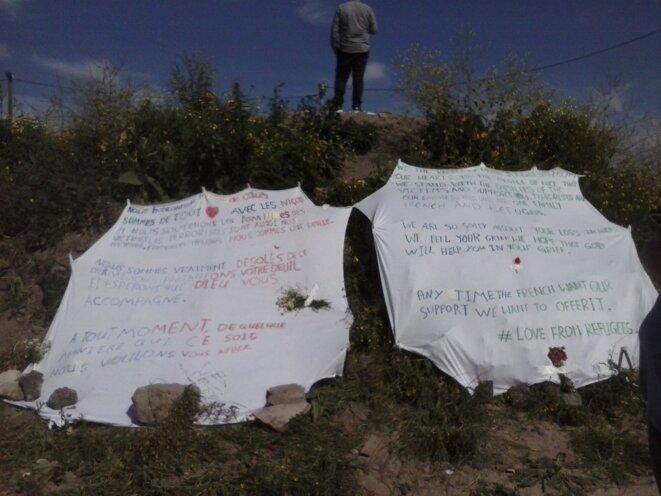 Calais. À l'entrée de la « jungle », en hommage aux victimes de Nice © Haydée Sabéran / MP