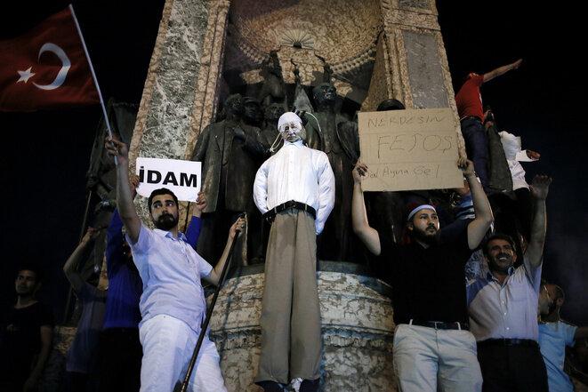 Manifestantes pro-APK representan el ahorcamiento de un títere que imita la imagen de Gülen. Lunes 18 de julio en la plaza Taksim de Estambul. © lkis Konstantinidis / Reuters