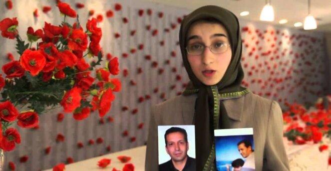 Paria Kohandel tenant la photo de son père emprisonné Saleh Kohandel © cnri