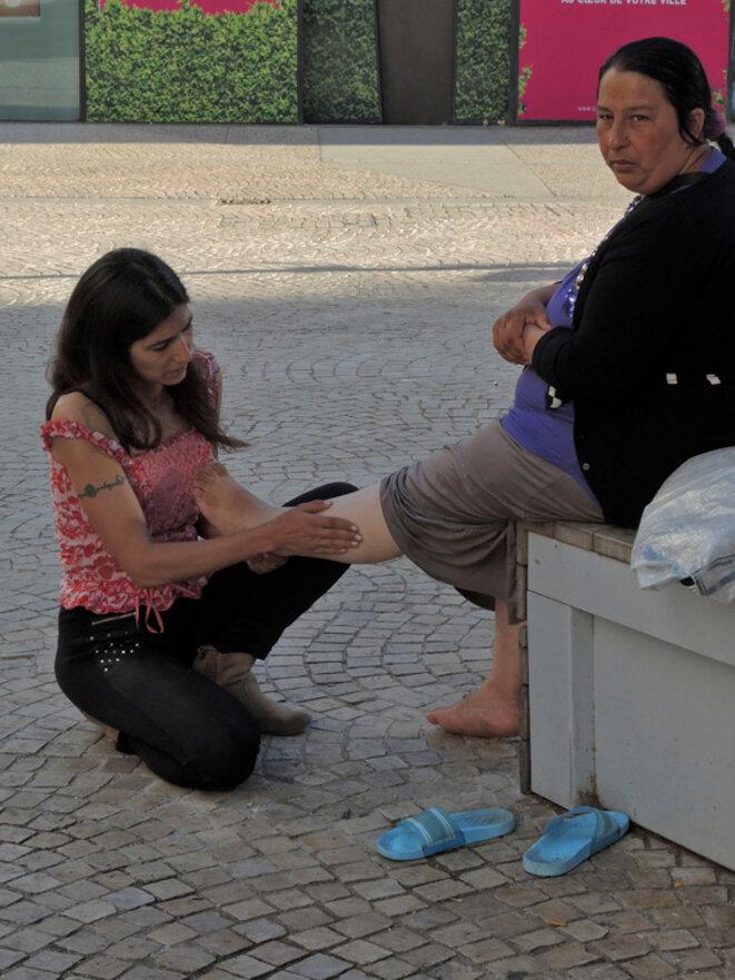 Un massage par une bénévole. Montreuil - 9 août 2016 © Gilles Walusinski