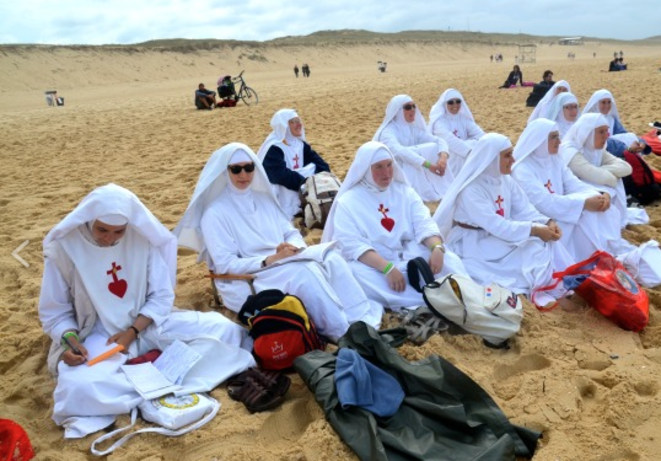 Sisters of the Consolation attending a surfing event on the French Atlantic coast of the Landes region. © DR