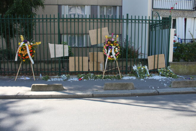 Tributes at the scene of the assault on Chaolin Zhang in Aubervilliers. © AD