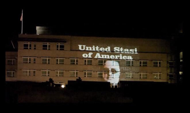 Installation lumineuse sur l'ambassade américaine de Berlin, juillet 2013 © Olivier Benkowski