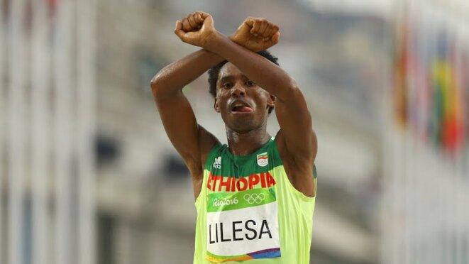Feyisa Lilesa, dimanche, sur la ligne d'arrivée du marathon. © (dr)