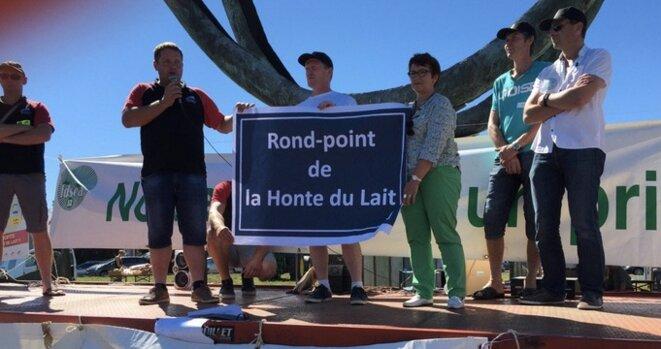 """Devant le rond-point du """"Zoom"""" et le siège du groupe Lactalis, à Laval © @fdsea53"""