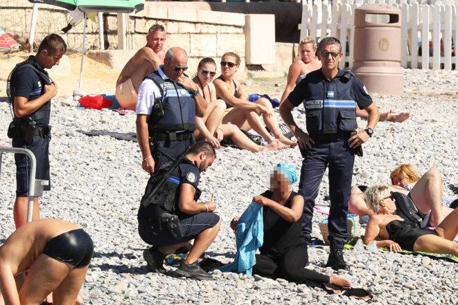 Quatre policiers municipaux de la ville de Nice contribuent au vivre-ensemble en poussant une femme à se déshabiller en public (Nice, 23 août 2016) (DR)