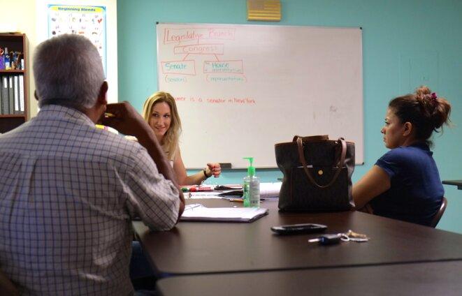 Lauren Shimmons, aidant des migrants à préparer le test de citoyenneté américaine. © I.D