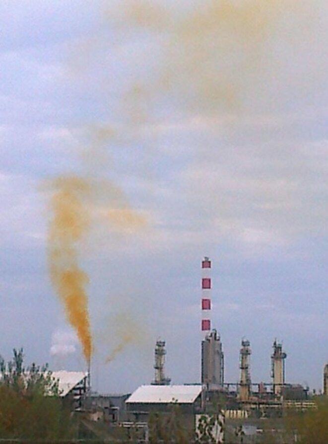 Rejet de fumée orange depuis le site de Lacq (©GC).