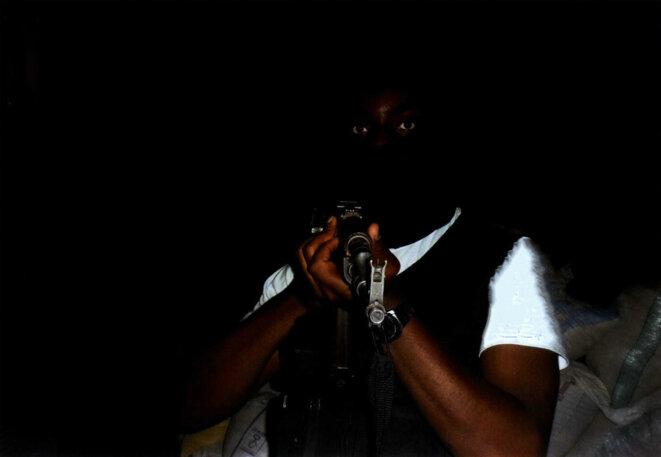 Le djihadiste qui se fait appeler Abou Ismaël en train de manipuler une kalachnikov. Photo récupérée dans son téléphone à son retour de Syrie © DR